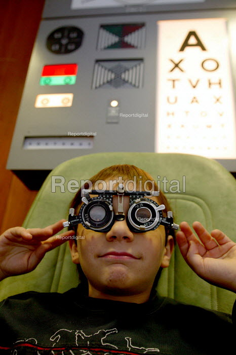 Consultant Optometrist testing the eyes of a child. - John Harris - 2007-09-29
