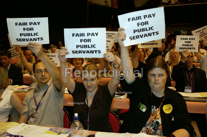 Protest by PCS members for fair pay for public sector workers as Gordon Brown addresses TUC Conference 2007 - John Harris - 2007-09-10