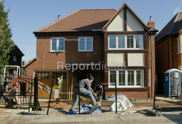 Migrant workers building an expensive new five bedroomed home. Stratford on Avon, Warwickshire. - John Harris - 2008-03-07