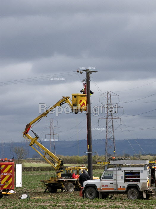 Overhead linesperson working on the electrical distribution network, Gloucestershire. - John Harris - 2008-04-02