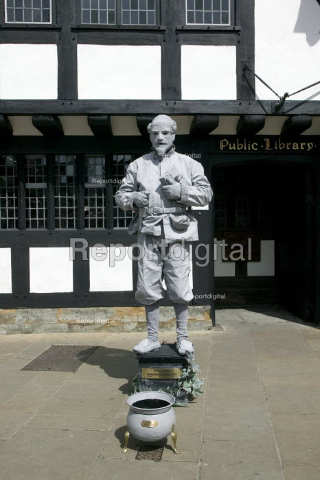 A living statue of William Shakespeare entertaining tourists outside the public library. Stratford upon avon - John Harris - 2008-04-22