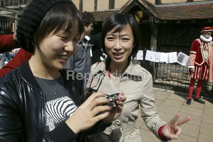 Tourists visiting William Shakespeare's birthplace, Stratford upon avon - John Harris - 2008-04-22
