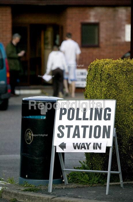 Voters at a polling station. Kineton, Warwickshire. - John Harris - 2008-05-01