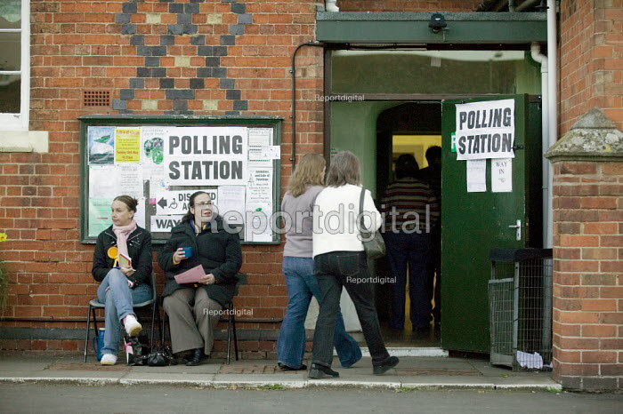 Voters at a polling station. Wellesbourne, Warwickshire. - John Harris - 2008-05-01