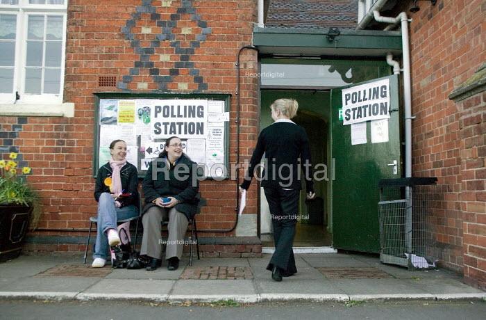 Voters at a polling station. Wellesbourne, Warwickshire. - John Harris - 2008-05-01
