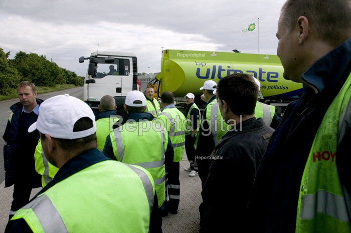 Tanker drivers from Hoyer UK, who subcontract to Shell, on strike in a pay dispute. Kingsbury oil depot, North Warwickshire. - John Harris - 2008-06-13
