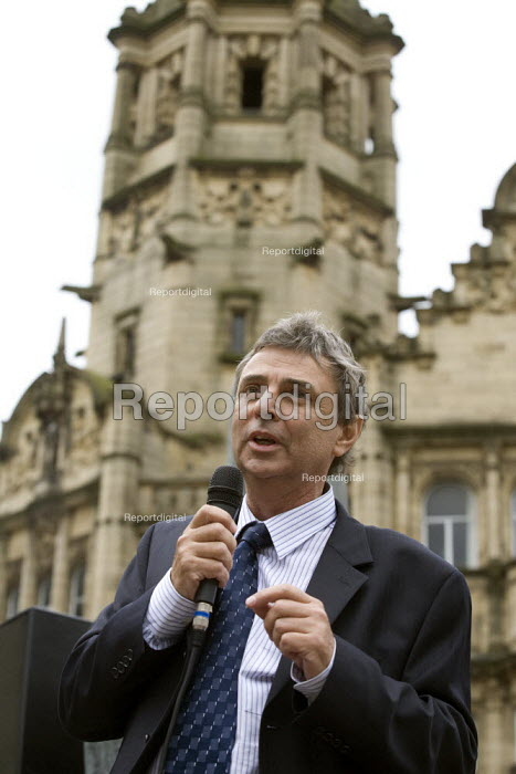 Dave Prentis speaking at a rally of council workers strike over low pay. Wakefield - John Harris - 2008-07-16