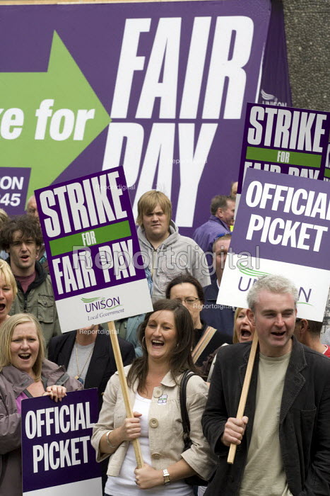 Council workers strike over low pay. Wakefield - John Harris - 2008-07-16