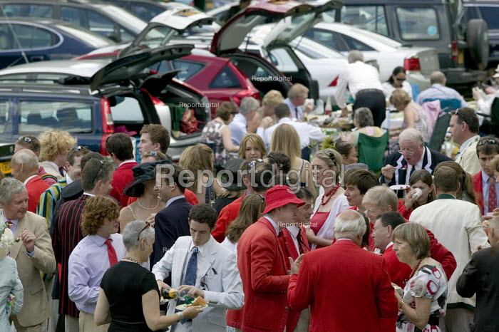 Picnics at Henley Regatta. The Lady Margaret Boat Club from St John's College Cambridge. - John Harris - 2008-07-04