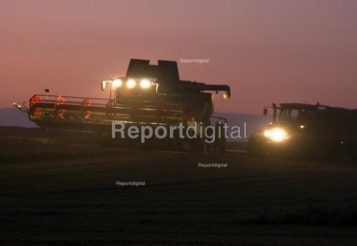 Farmworkers working late bringing in the harvest. Warwickshire. Taking a break. - John Harris - 2008-09-19