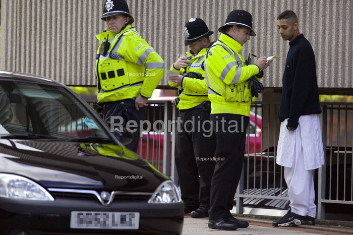 Police stop and search young muslim men and their car. Birmingham. - John Harris - 2008-10-01