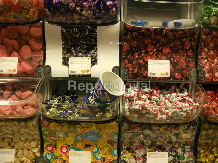 The last of the Pic n Mix sweets, Woolworths. - John Harris - 2008-11-30