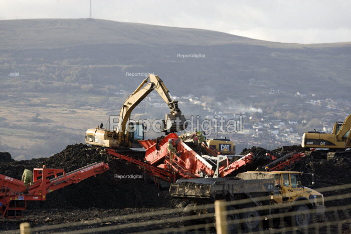 Ffos-y-Fran opencast coal mine site above Merthyr Tydfil. It is only 36 metres from nearby houses. - John Harris - 2008-12-10