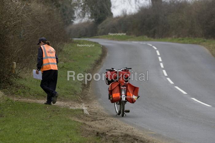 Royal mail postal worker delivering the post - John Harris - 2009-03-18