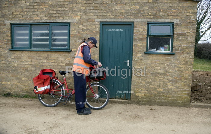 Royal mail postal worker delivering the post to a farm, Lincolnshire - John Harris - 2009-03-18