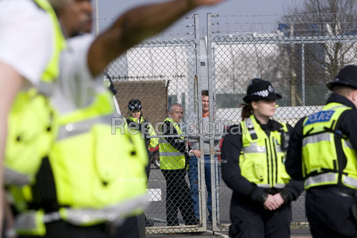 Police and SERCO guards at the gate. NoBorders, Campaign Against Immigration Controls. March to end indefinite immigration detention at Yarls Wood IDC Immigration Detention Centre. Bedfordshire. - John Harris - 2009-03-22