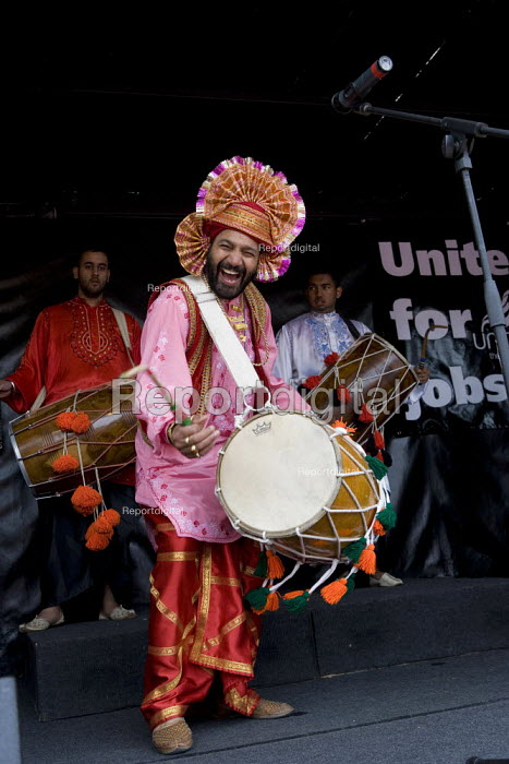 Bhangra band drummers. Thousands of trades union members protesting in Birmingham for the government to invest in manufacturing industry and jobs. - John Harris - 2009-05-16