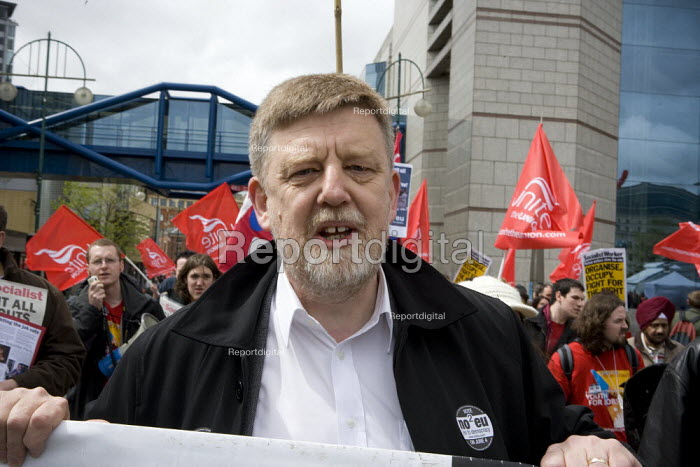 Socialist Party councillor Dave Nellist No2EU. Thousands of trades union members protesting in Birmingham for the government to invest in manufacturing industry and jobs. - John Harris - 2009-05-16