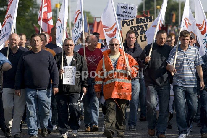 Kenny Ward GMB leading pickets at the refinery. Total sacked 900 striking contract workers at Lindsey oil refinery in Lincolnshire - John Harris - 2009-06-23