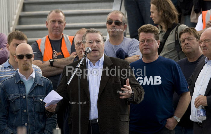 Paul Kenny GMB speaks to the mass meeting. Picket at the refinery. Total has sacked 900 striking contract workers at Lindsey oil refinery in Lincolnshire - John Harris - 2009-06-23
