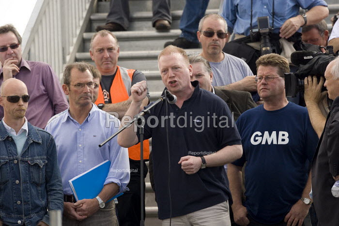 Matt Wrack FBU speaking to the mass meeting. Picket at the refinery. Total sacked 900 striking contract workers at Lindsey oil refinery, Lincolnshire - John Harris - 2009-06-23
