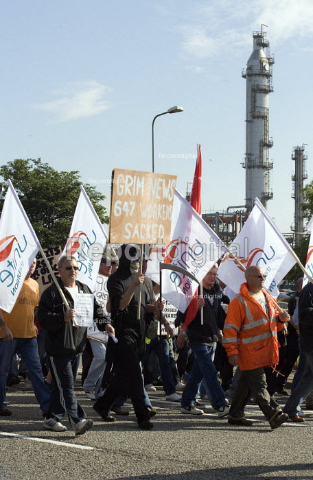Picket at the refinery. Total sacked 900 striking contract workers at Lindsey oil refinery in Lincolnshire - John Harris - 2009-06-23