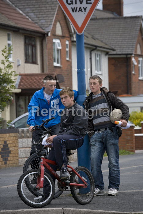 A group of teenagers, Wednesbury town centre. - John Harris - 2009-07-18
