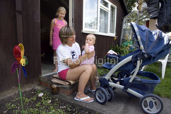 Polish migrants living in a one room chalet in the garden with their baby daughter aged 5 months. - John Harris - 2009-08-08