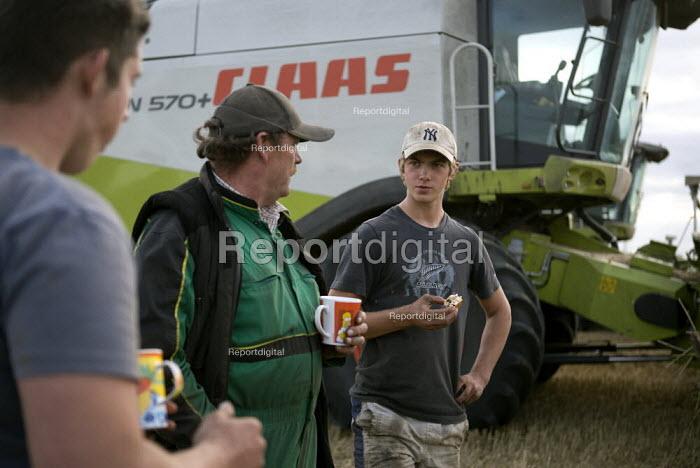 Farmworkers taking a tea break from the harvest, Rutland. - John Harris - 2009-08-23