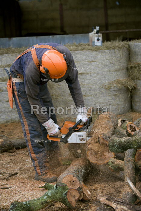Farmworkers cutting up trees for firewood on a farm in Warwickshire - John Harris - 2009-10-12