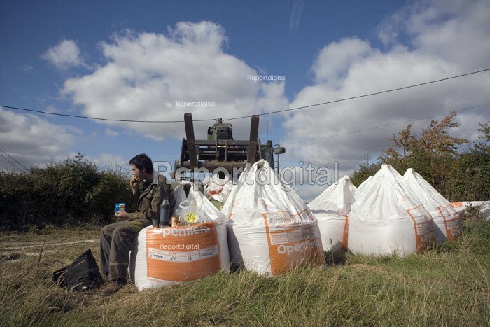 A farmworker takes a break at lunchtime to eat his packed lunch sitting on the Drilling or sowing Barley seeds on a farm in Rutland - John Harris - 2009-10-02