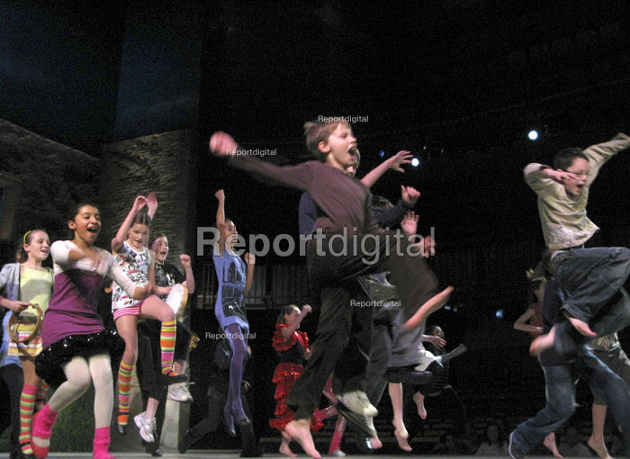Primary school pupils acting on stage at the RSC performing their version of Twelfth Night by William Shakespeare, Royal Shakespeare Company Theatre Link Project, Courtyard Theatre, Stratford upon Avon. - John Harris - 2009-11-19
