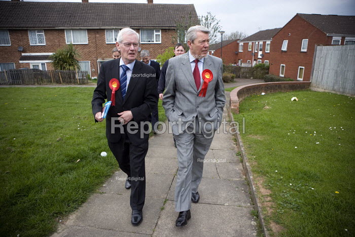 Alan Johnson and Jim Cunningham MP canvassing on a housing estate in Coventry. - John Harris - 2010-01-27