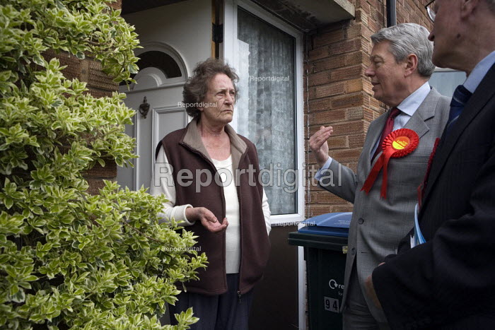 Alan Johnson and Jim Cunningham MP canvassing on a housing estate in Coventry. Speaking to the electorate on the doorstep. - John Harris - 2010-01-27