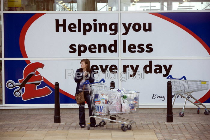 Helping you spend less every day. Shoppers at a new Tesco supermarket in Telford - John Harris - 2010-03-27