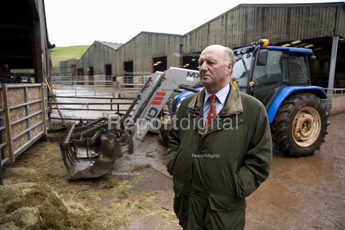 Jim Piace MP visiting a dairy farm, Taverner Farm in Exeter to discus TB - John Harris - 2010-11-10