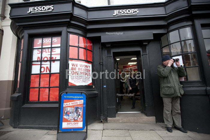 A customer trying out a camera and lens before purchasing in a sale outide a branch of Jessops. High street photographic equipment chain Jessops became the latest retailer to go out of business due to the ongoing recession. 2,000 jobs are at risk - John Harris - 2013-01-10