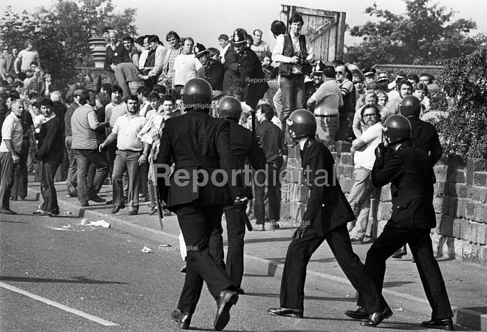 Police short sheild snatch squad attack pickets. Violent clashes between miners and riot police officers on the picket lines at the Orgreave coking plant during the miners strike. - John Harris - 1984-06-18