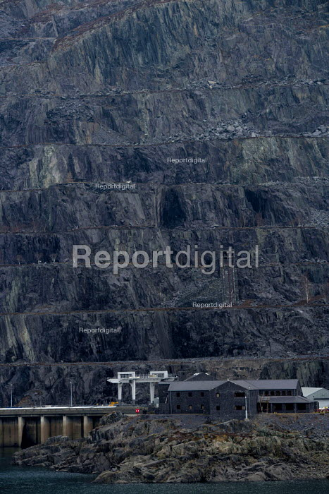 The Dinorwic Slate Quarry with incline on the side of Elidir Fawr, Llyn Peris lake, Padarn Country Park, Llanberis, Gwynedd. The quarry- the second biggest in the world- closed in 1969 it is now part of the Welsh National Slate Museum - John Harris - 2013-03-19