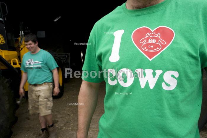 Farmworker with a I Love Cows t-shirt. Silage making on a farm, Wormleighton, Warwickshire - John Harris - 2012-05-22