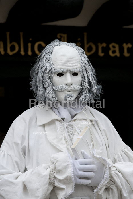 A living statue of William Shakespeare entertaining tourists outside the public library. Stratford upon avon - John Harris - 2013-06-21
