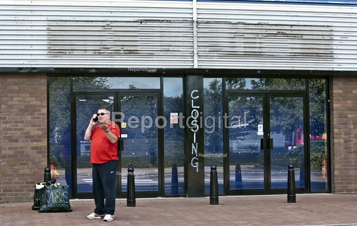 A customer at a closed Currys electrical retailer superstore, Stratford upon Avon, Warwickshire - John Harris - 2013-08-16