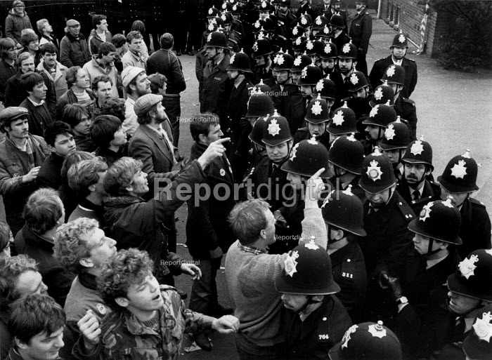 Mansfield, Nottingham. Miners pointing to police who they claim acted as John provocateurs and dressed as miners in previous pickets. - John Harris - 1984-04-05