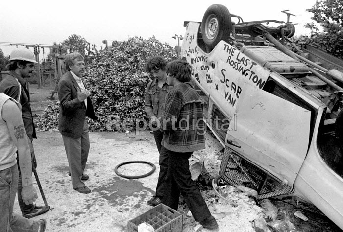 Jack Taylor Yorkshire NUM trying to persuade miners to disperse. Miners barricade and occupy Rossington colliery after police managed to get a scab into the pit. Doncaster - John Harris - 1984-07-09