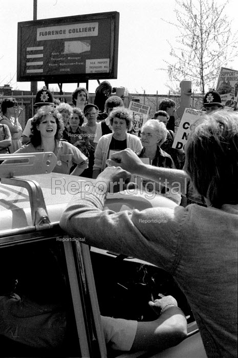 Miners wives picket Florence colliery, Stoke-on-Trent, Staffordshire - John Harris - 1984-04-25