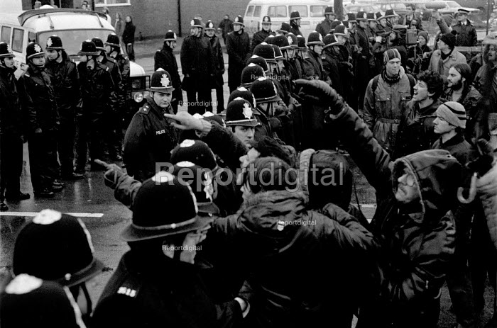 Hatfield Main picket, Dovescroft, Doncaster, Yorkshire, the Miners strike - John Harris - 1985-01-21