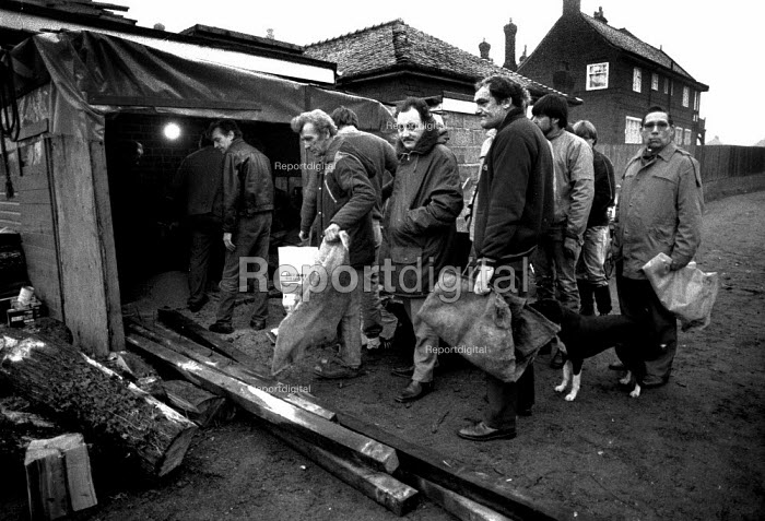 Strikers collecting logs from a makeshift sawmill at Armthorpe, Doncaster, South Yorkshire - John Harris - 1984-12-13