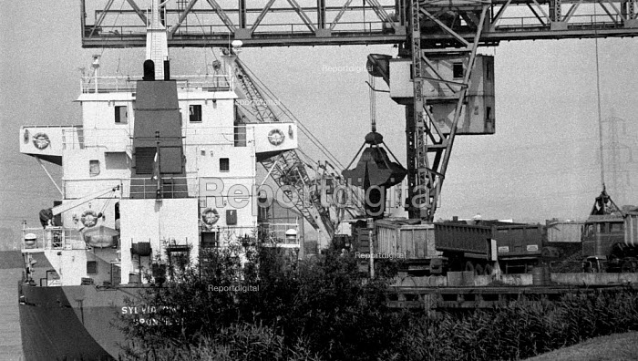 Imported Polish coal being unloaded onto lorries for transport to BSC Scunthorpe Steelworks inorder to break the strike. Flixborough Wharf, Scunthorpe, South Humberside - John Harris - 1984-08-15