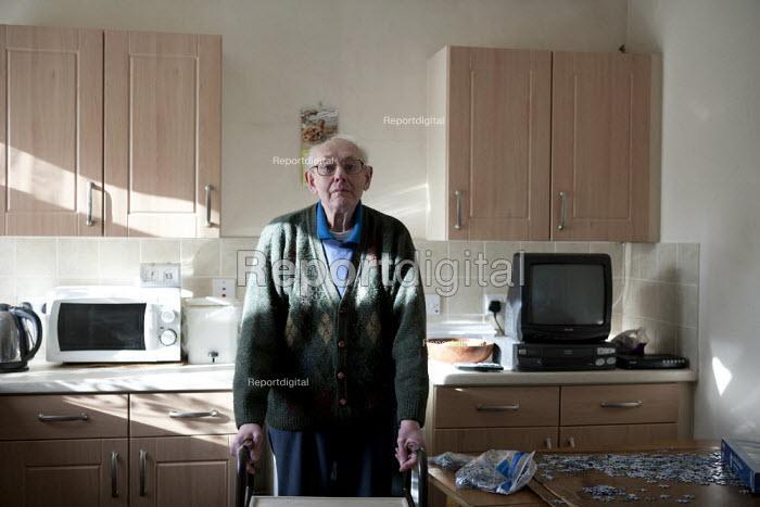 A pensioner at home, a Housing Association house. Stratford upon Avon, Warwickshire. - John Harris - 2014-01-13