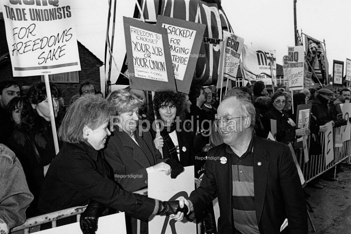 Mike Grindley NUCPS sacked union member thanking supporters on the day he was sacked for refusing to give up his right to belong to a trade Union at GCHQ, Cheltenham - John Harris - 1988-04-29